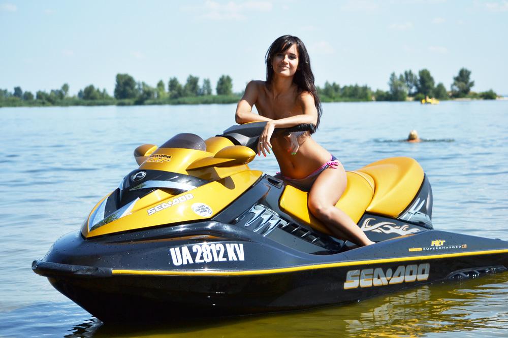 девушки на водном мотоцикле фото